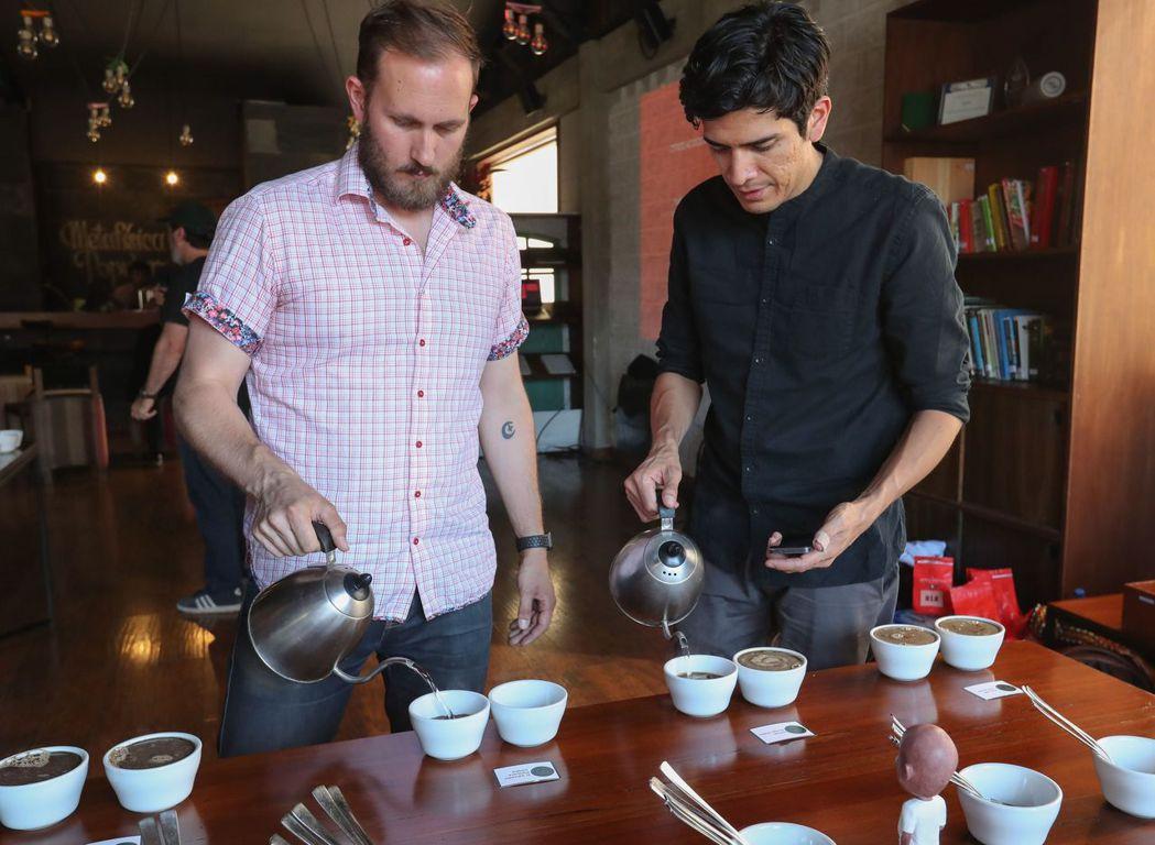 玻利維亞拉巴斯的極品咖啡工作室讓顧客品嘗高品質咖啡。 歐新社