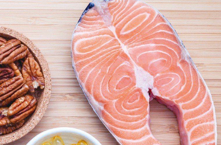 提高不飽和脂肪酸的攝取比例 圖╱摘自《吃出好睡眠:好好睏!營養師量身訂做的紓壓助...