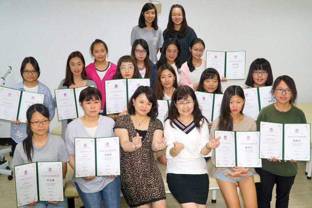 大葉大學藥保系14名學生考取瑞典式按摩國際證照(前排左三張淑微主任,右三盧智香老...