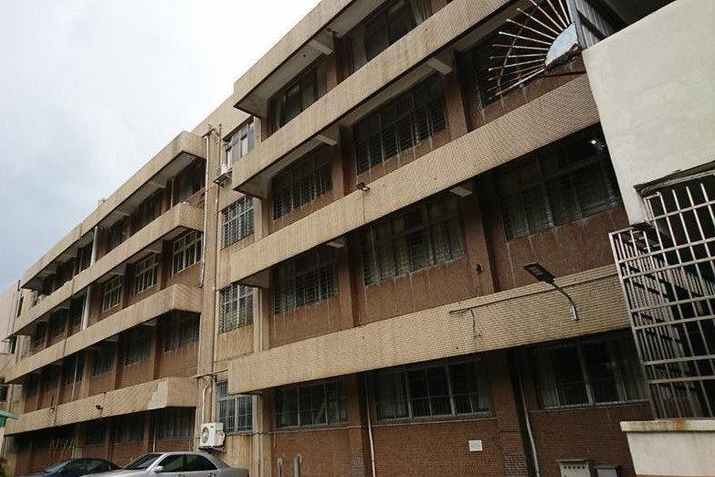 圖為球隊宿舍外觀,球隊的宿舍是由社子的福安國中閒置四樓教室改建而成。 圖/作者提...
