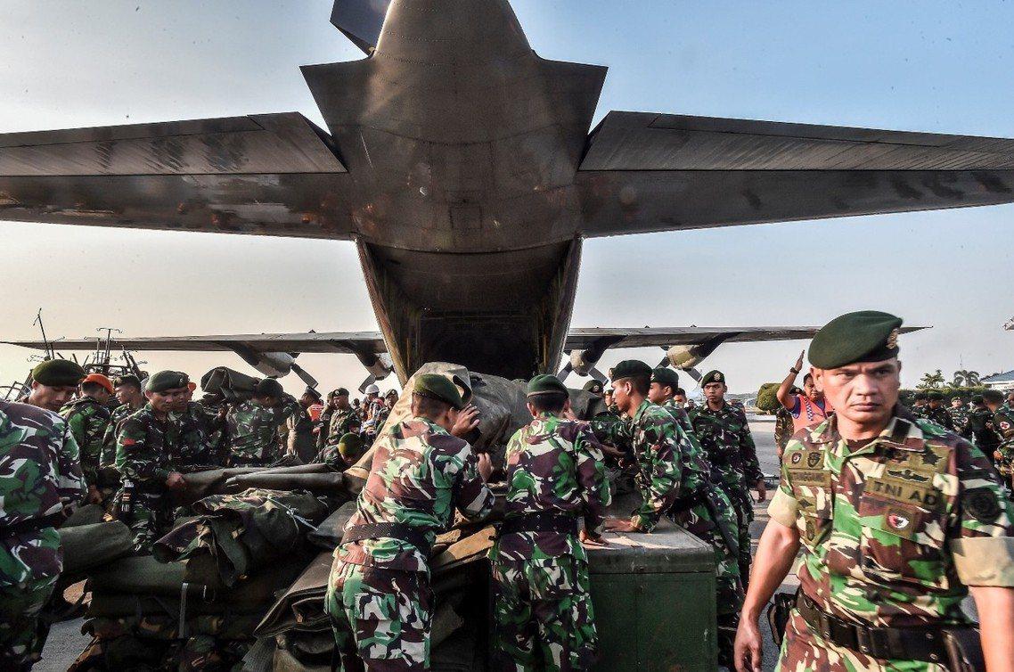從雅加達起飛的救災C-130。 圖/路透社