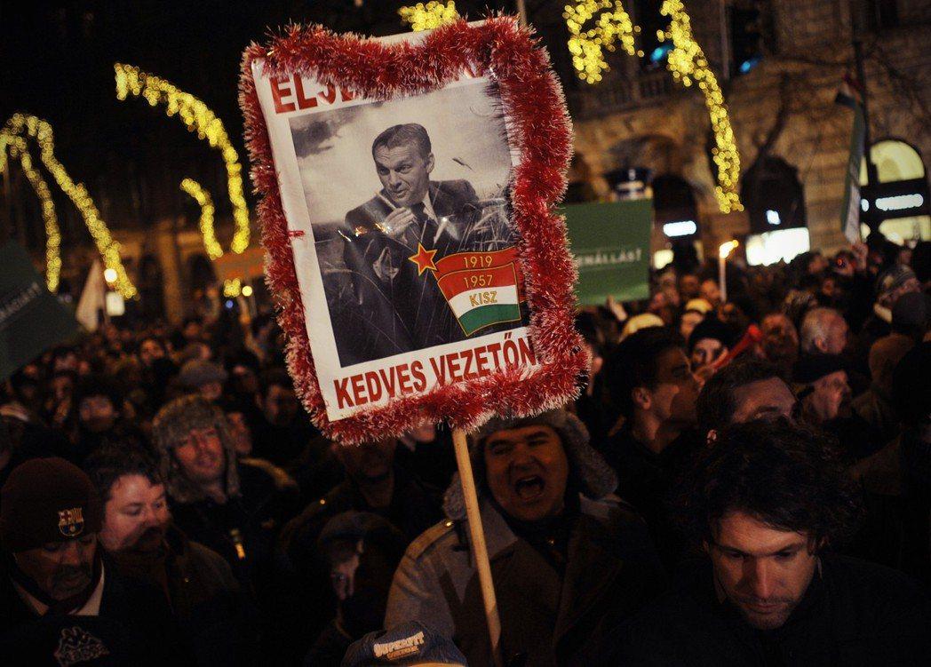 匈牙利是否違反歐盟民主自由精神,幾乎無可質疑。2011年4月,Fidesz通過新...