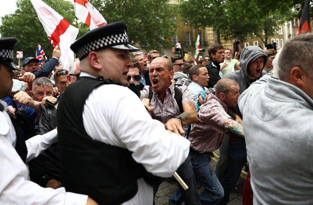 反伊斯蘭的勢力仍蠢蠢欲動,屢屢在街頭現身。今年6月,就有約有1萬5,000人為了...