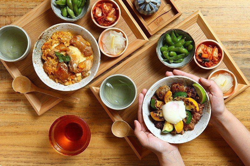 燒鳥丼320元(右)/經典串燒延伸的午間套餐,搭配鮮豔的櫛瓜。親子丼260元(左...