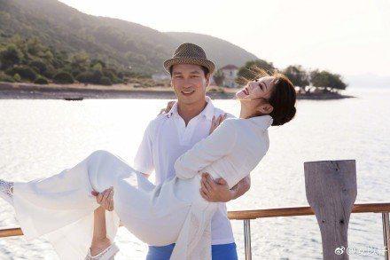 安以軒開心過生日,曬出被老公一把抱起的幸福甜蜜照。圖/摘自微博