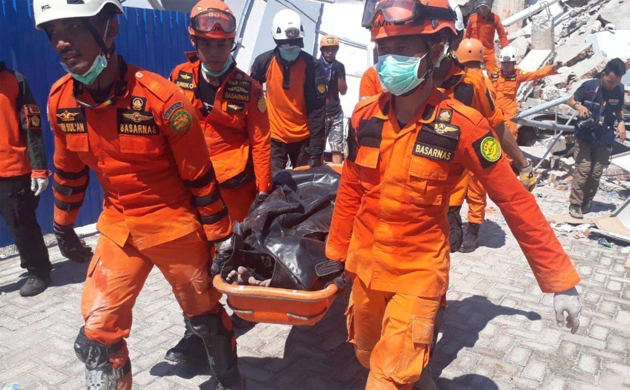羅亞羅亞酒店已有6人被救出,但也有人不幸罹難。路透