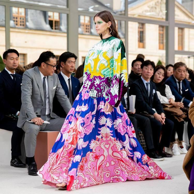 名模Kaia Gerber所穿的有機圖案百摺長洋裝,使用的多種色彩來創作而成,呈...