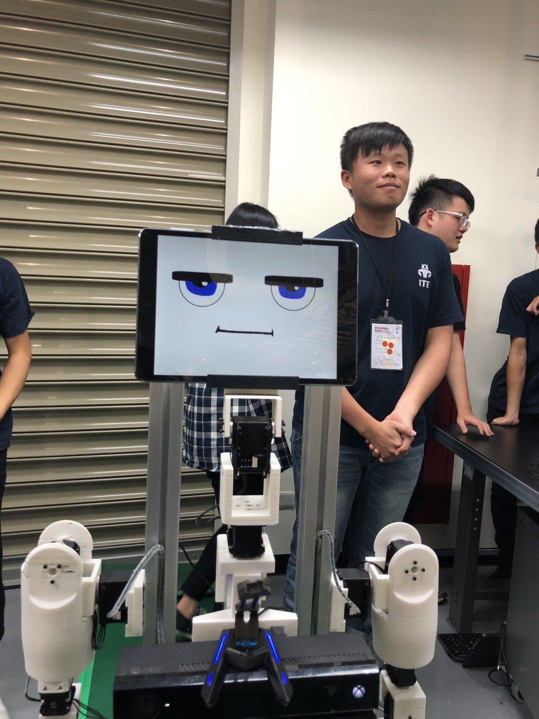 銘傳大學團隊設計的陪伴機器人「小廣」,用可愛的大眼睛、親切打招呼擄獲民眾的心。圖...