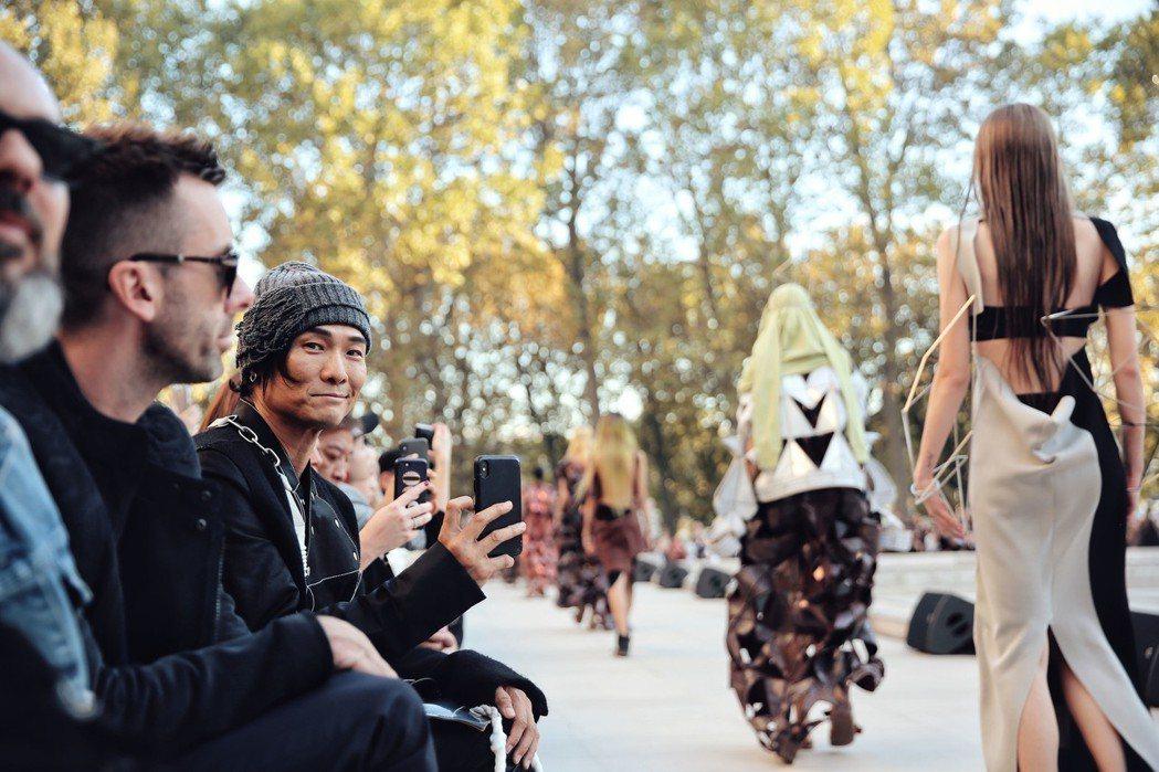 杜德偉(左三)用手機記錄彷彿祭典的時裝秀。圖/杜德偉工作室提供