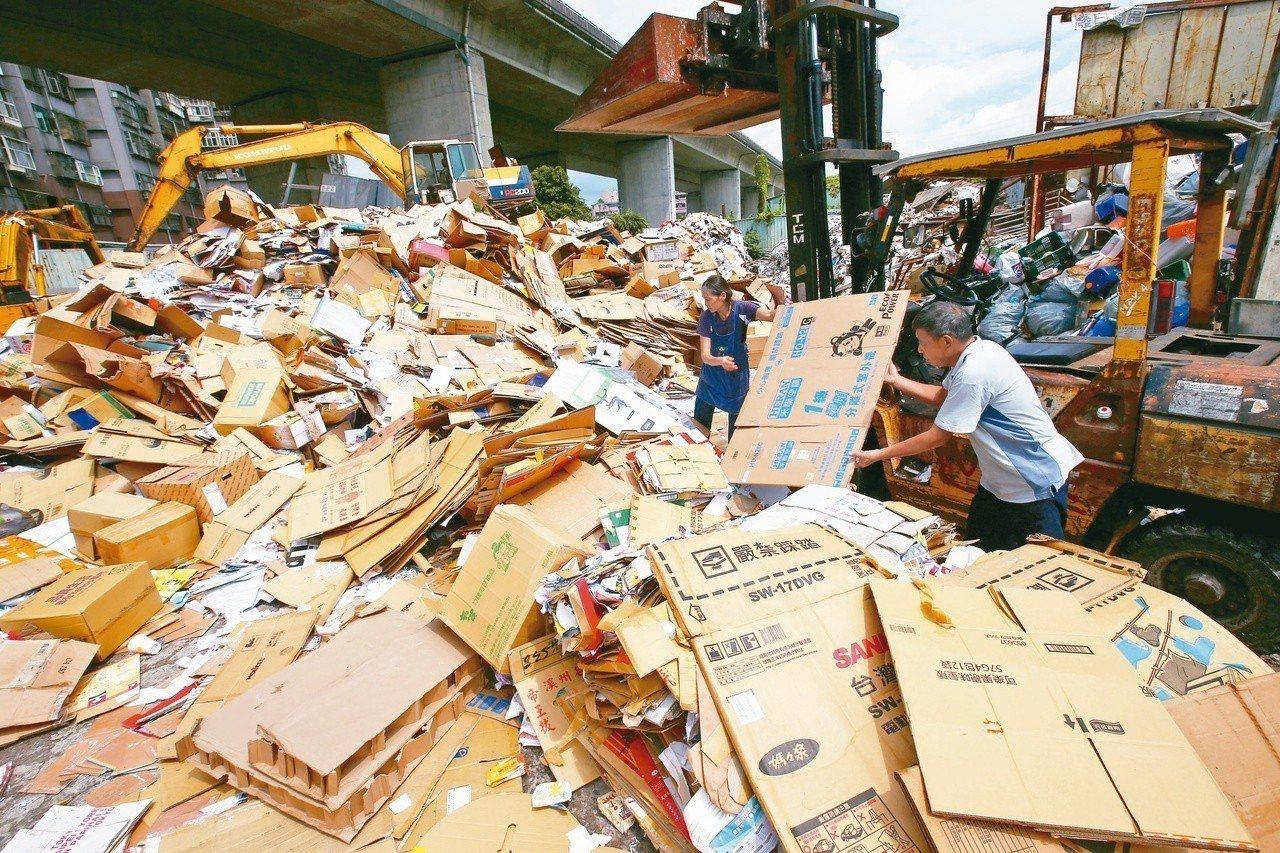 回收廠內廢紙堆積如山。聯合報系資料照/王騰毅攝影