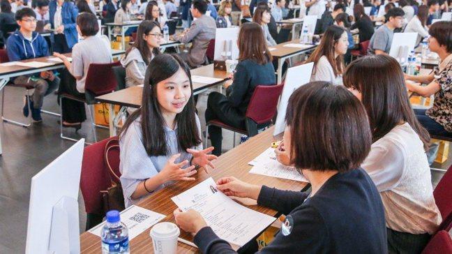 台灣就業博覽會吸引社會新鮮人求職面試。 報系資料照/記者鄭清元攝