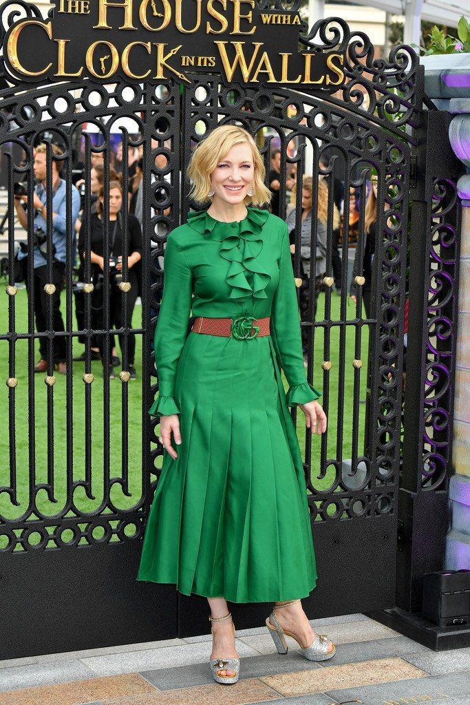 凱特布蘭琪擅長利用長袖洋裝穿出優雅熟女韻味,倫敦的《滴答屋》首映會上以Gucci...