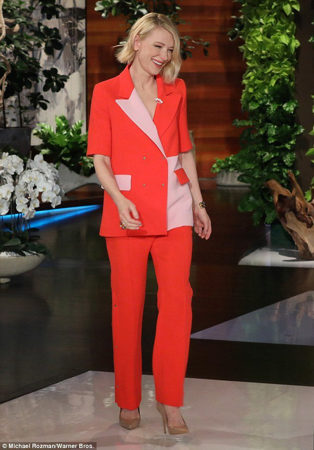 在艾倫秀上凱特布蘭琪選穿倫敦知名多彩品牌Brøgger的拚色褲裝,短袖更顯率性,...