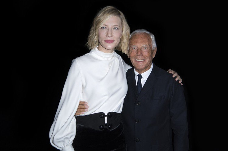 參加Giorgio Armani時裝秀時,凱特布蘭琪選了經典黑白配,同樣也以宮廷...
