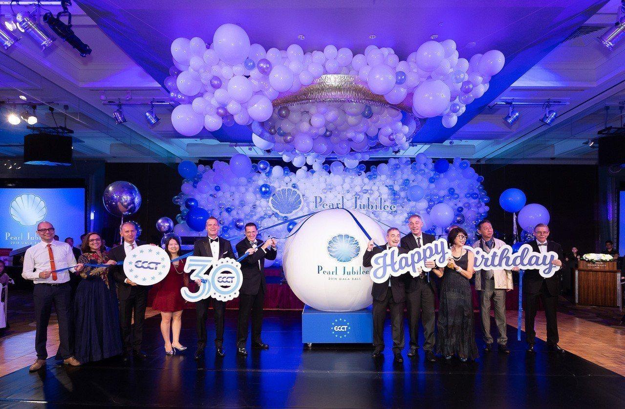 歐洲商會理事成員準備揭開商會30周年慶生蛋糕合影。(歐洲商會提供)