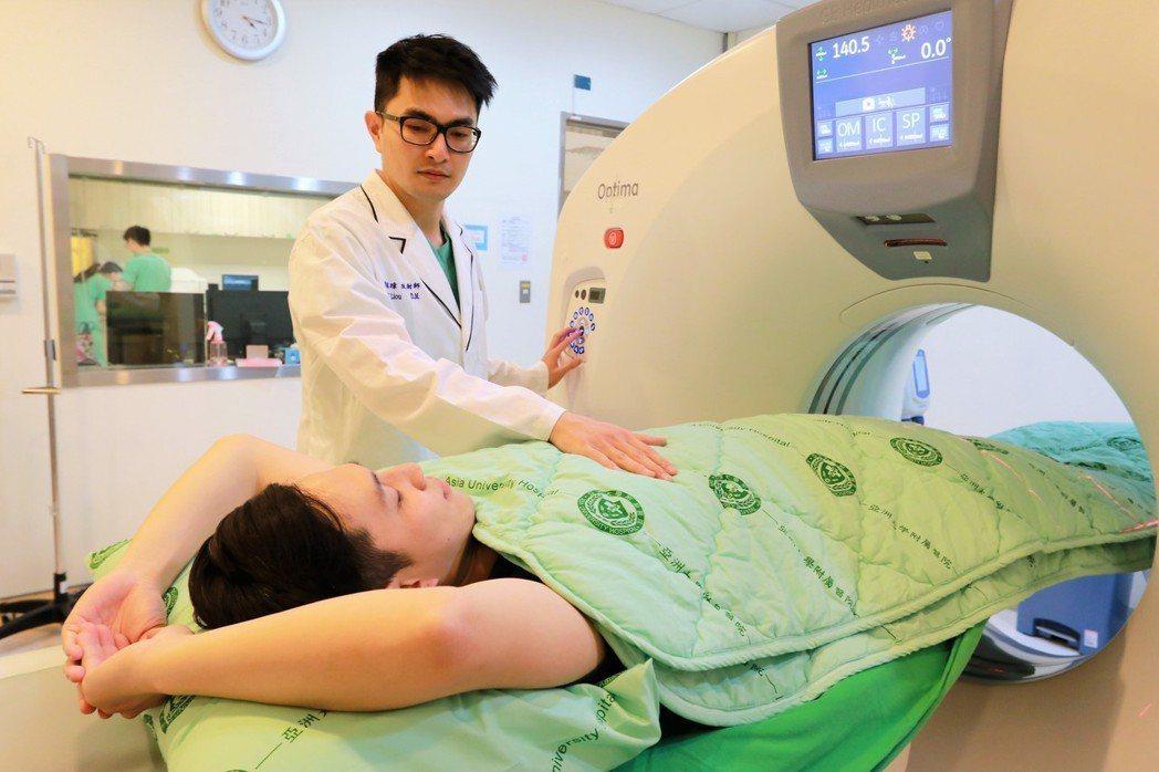亞洲大學附屬醫院使用低劑量肺部電腦斷層掃描為民眾進行早期肺癌篩檢。圖/亞洲大學附...