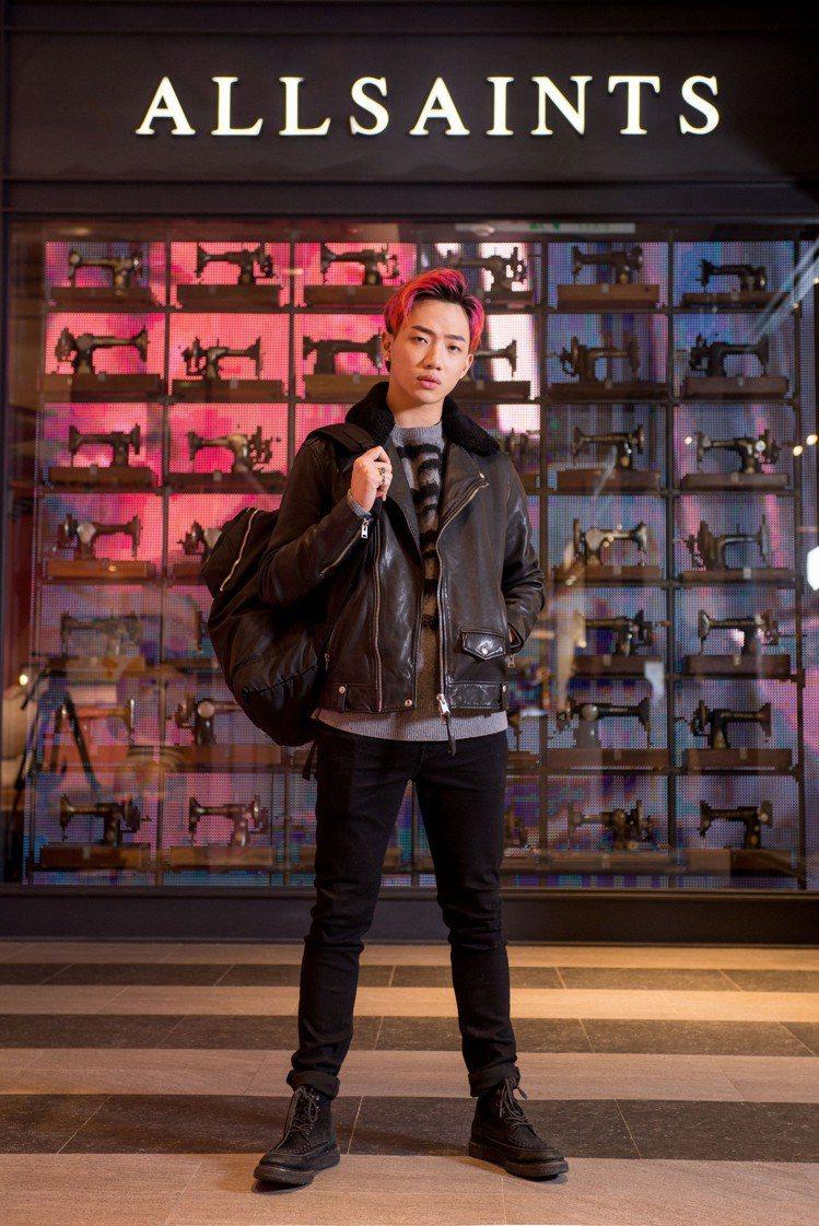 歌手ØZI詮釋AllSaints秋冬全新男裝系列。圖/AllSaints提供
