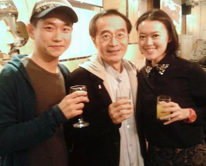 陳家逵(左)感念恩師李國修。圖/客家電視台提供