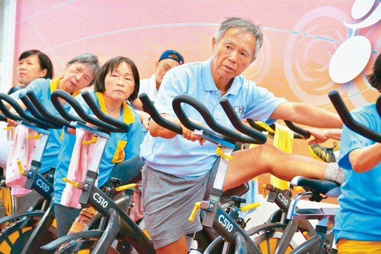 高齡者進行肢體伸展訓練。 記者吳淑玲/攝影