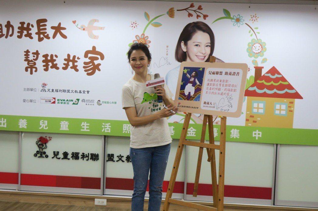 徐若瑄簽下助養兒童的同意書。記者蘇詠智/攝影