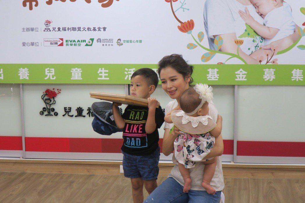 徐若瑄當了媽媽後,更懂如何和小朋友互動。記者蘇詠智/攝影