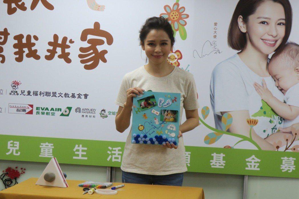 徐若瑄親手製作可愛禮物給助養的男孩。記者蘇詠智/攝影
