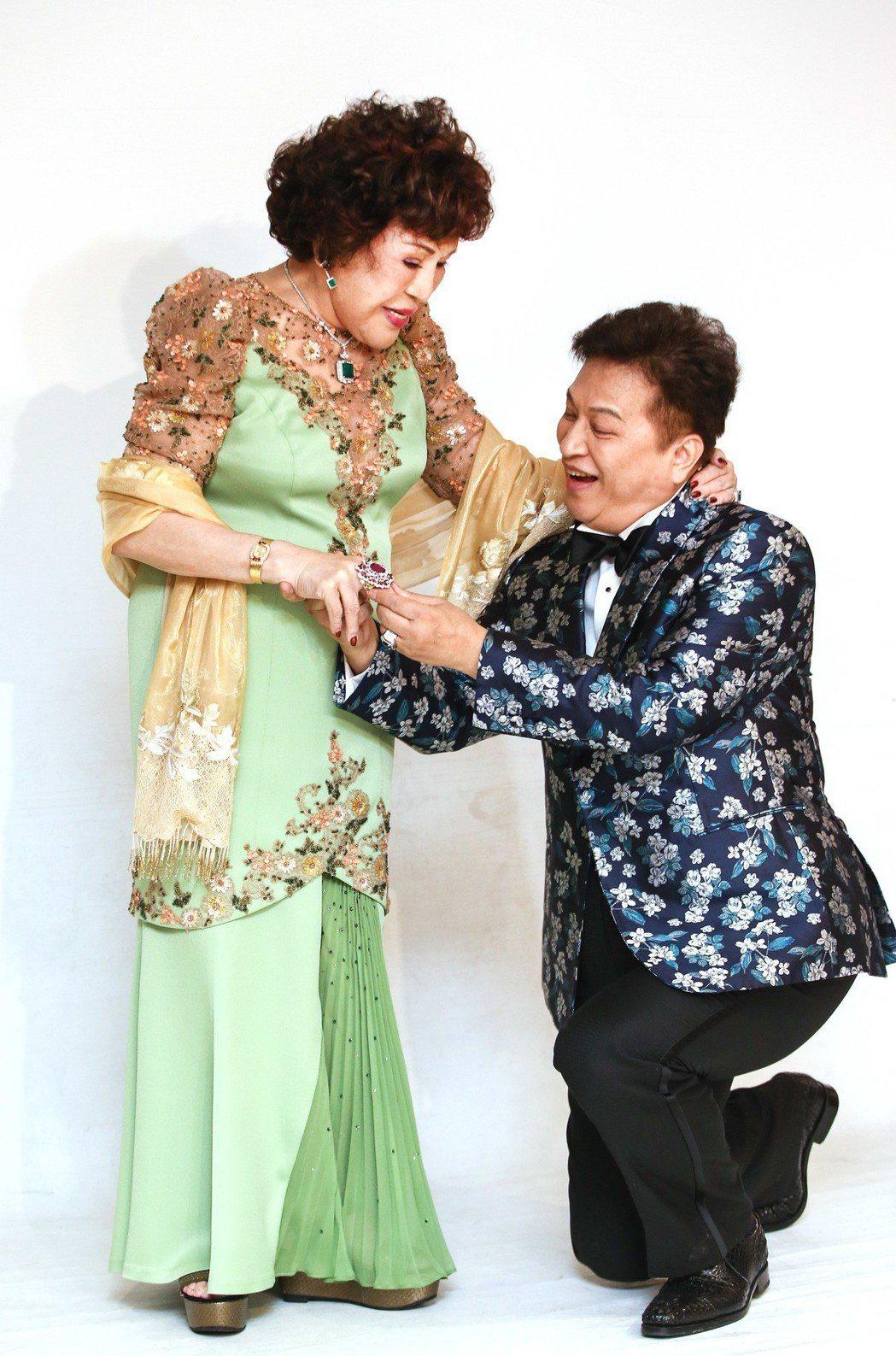 周遊和李朝永下午進攝影棚拍婚紗照,秀出56克拉紅寶石珠寶。記者陳柏亨/攝影