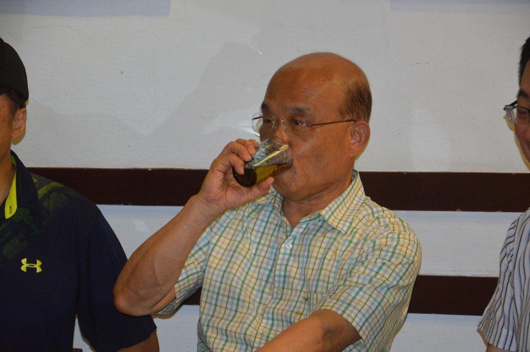 蘇貞昌喉嚨不好,選舉時演說時間久,空檔常要喝熱茶護喉。 記者施鴻基/攝影