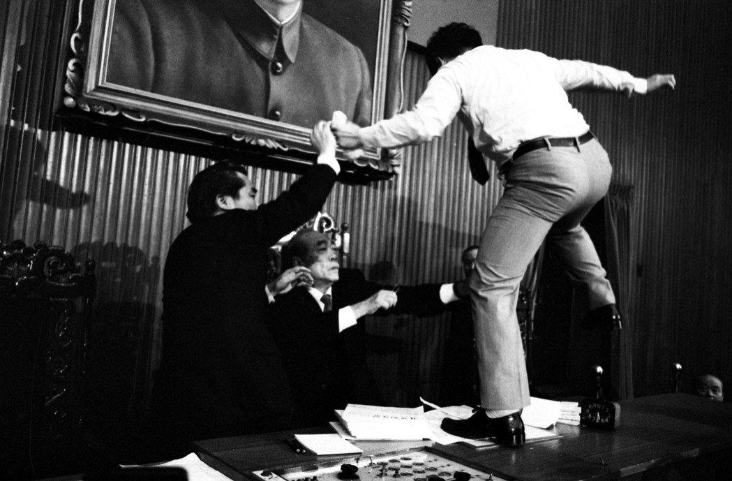 立法委員朱高正(右)當年跳上議事桌打人,被視為「國會第一拳」。 圖/聯合報系資料...