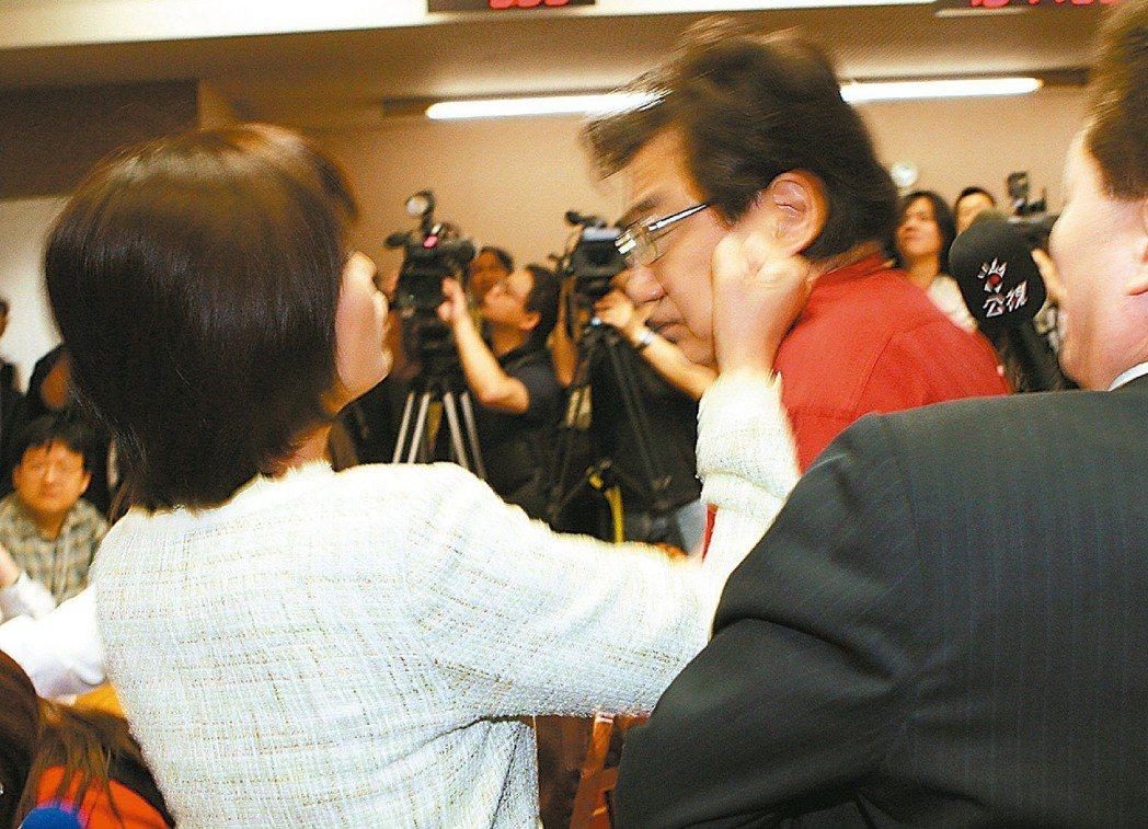 民進黨立委邱議瑩(左)曾因不滿國民黨立委李慶華(右)罵她「潑婦」,甩了李慶華一巴...