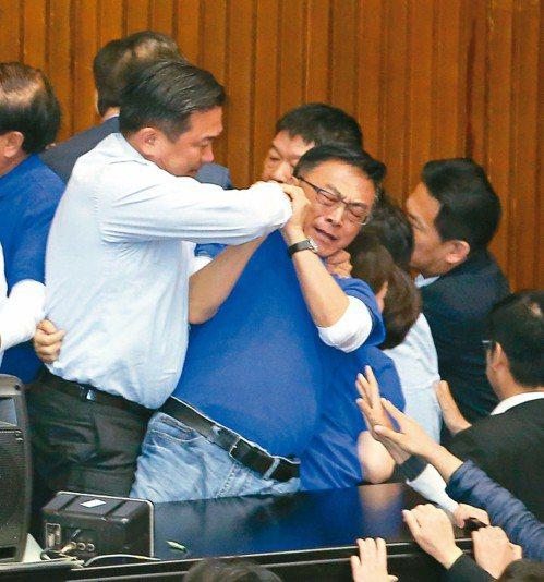 立委陳宜民(右)控告立委王定宇(左)使用暴力。 圖/聯合報系資料照片