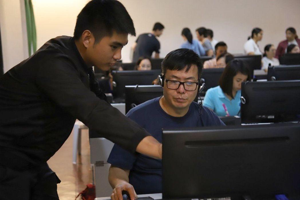 義大學生透過「新南向學海築夢計畫」,到菲律賓協助當地教師製作數位教材。 圖/義守...