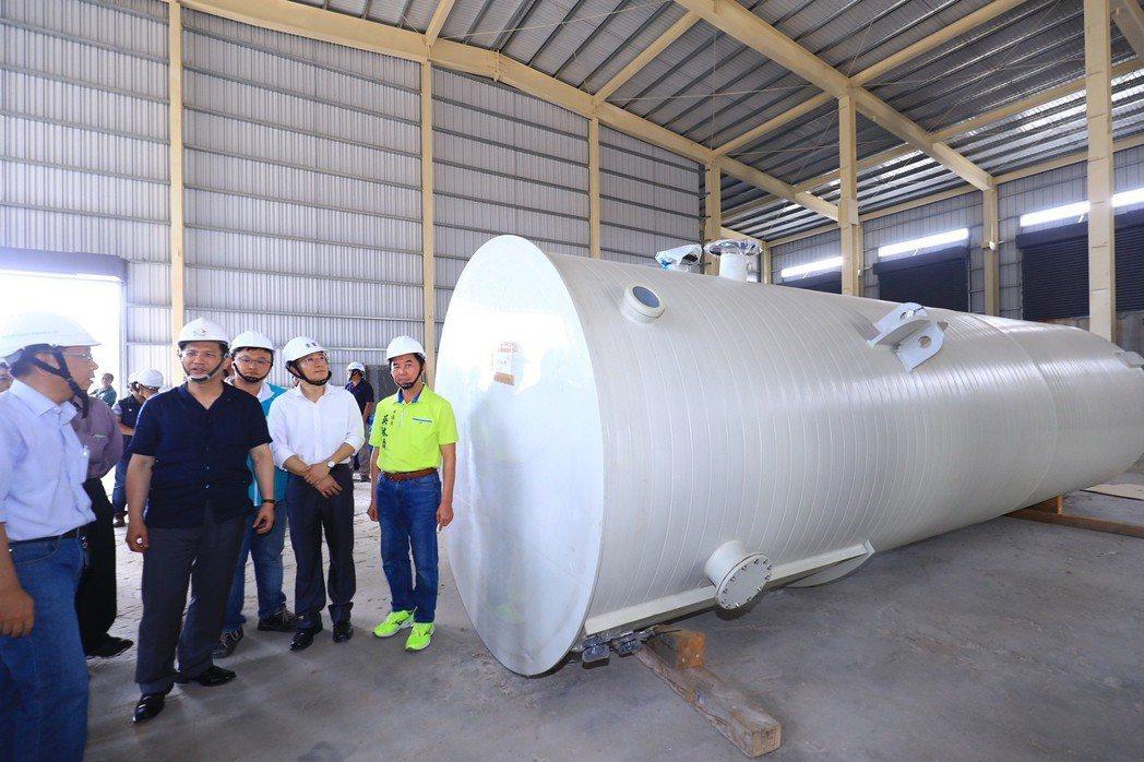 台中外埔綠能生態園區打造全台首座生質能源廠,其中最重要的廚餘厭氣消化設備已架設完...
