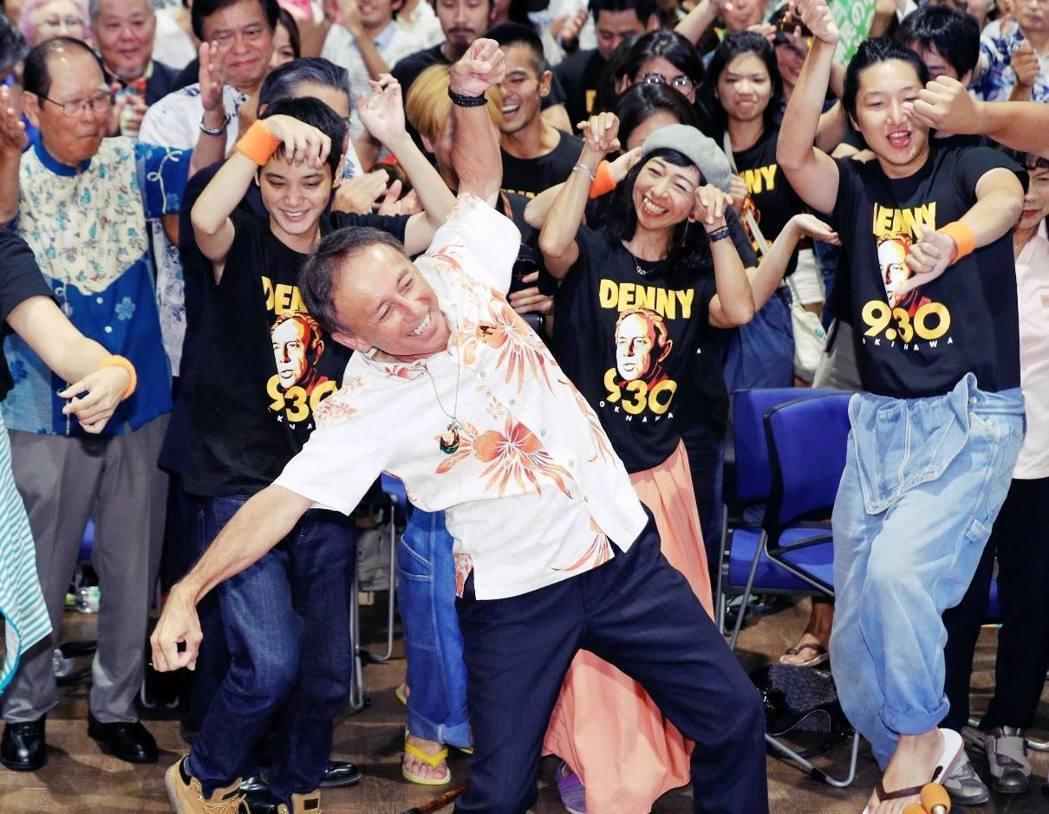Denny在勝選後,喊出了「琉球事,琉球人決定」的口號,代表著沖繩人又一次選擇了...