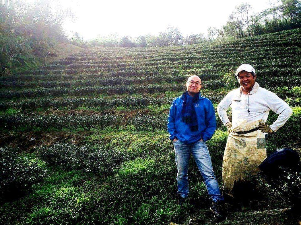 臺灣藍鵲茶創辦人黃柏鈞(左)與友善耕作茶農,一起為台灣這片土地默默努力。圖╱八百...