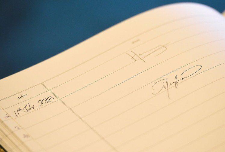 英國王室成員被規定不能幫粉絲簽名,圖為哈利王子與梅根的簽名。圖/路透社