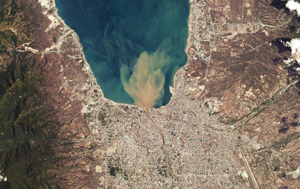 10月1日,地震海嘯後的帕盧災區空拍照。 圖/路透社