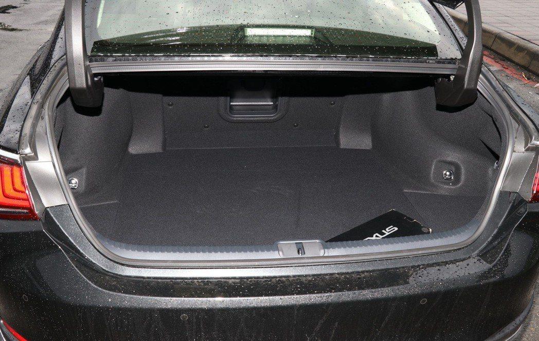 後行李廂空間沒有受到電池安置的影響。 記者陳威任/攝影