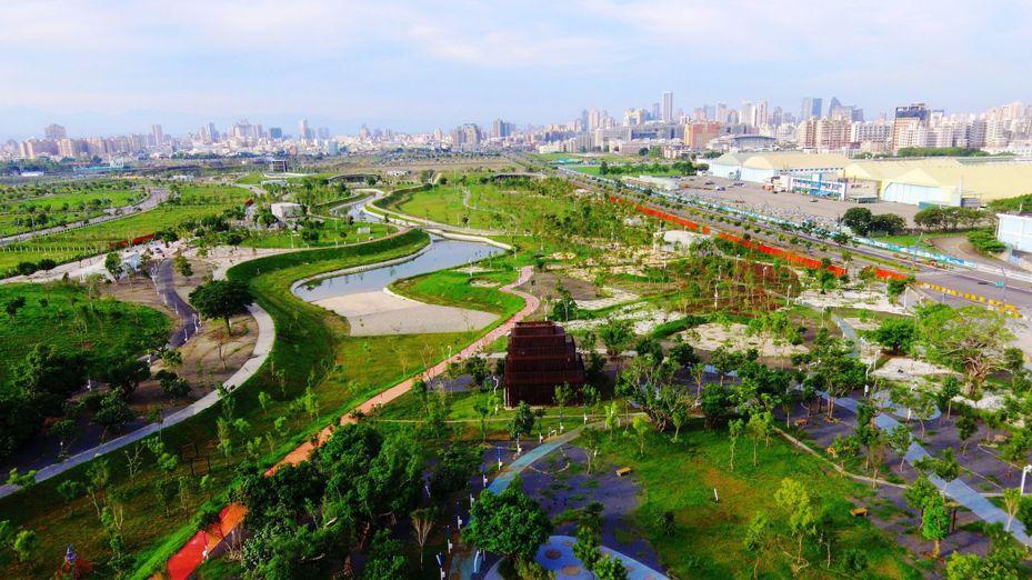 台中市水湳智慧城中央公園建置5座滯洪池,讓台中成為「海綿城市」。圖/台中市建設局