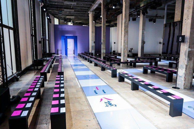 巴黎藝術中心「東京宮」被包裝成宛如大型麻將桌一樣,搭配拱門與鏡面裝飾,模特兒踩著...