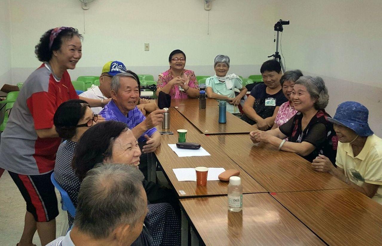 吳秀珠(左側站立者)認為,擔任陪伴員,豐富她的退休生涯。圖/楊錫鋒提供