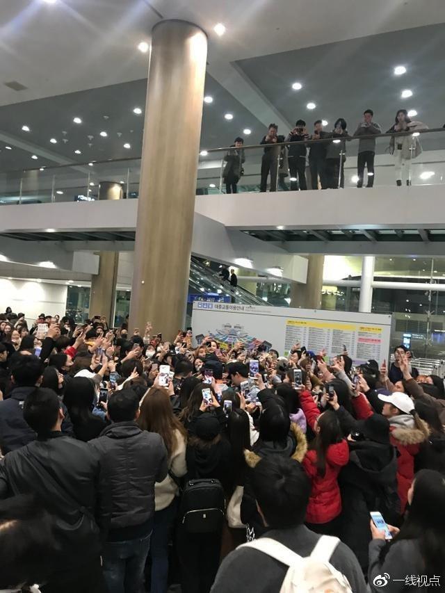 易烊千璽在日本機場被粉絲團團包圍,卻仍顧慮粉絲的安危。圖/摘自微博