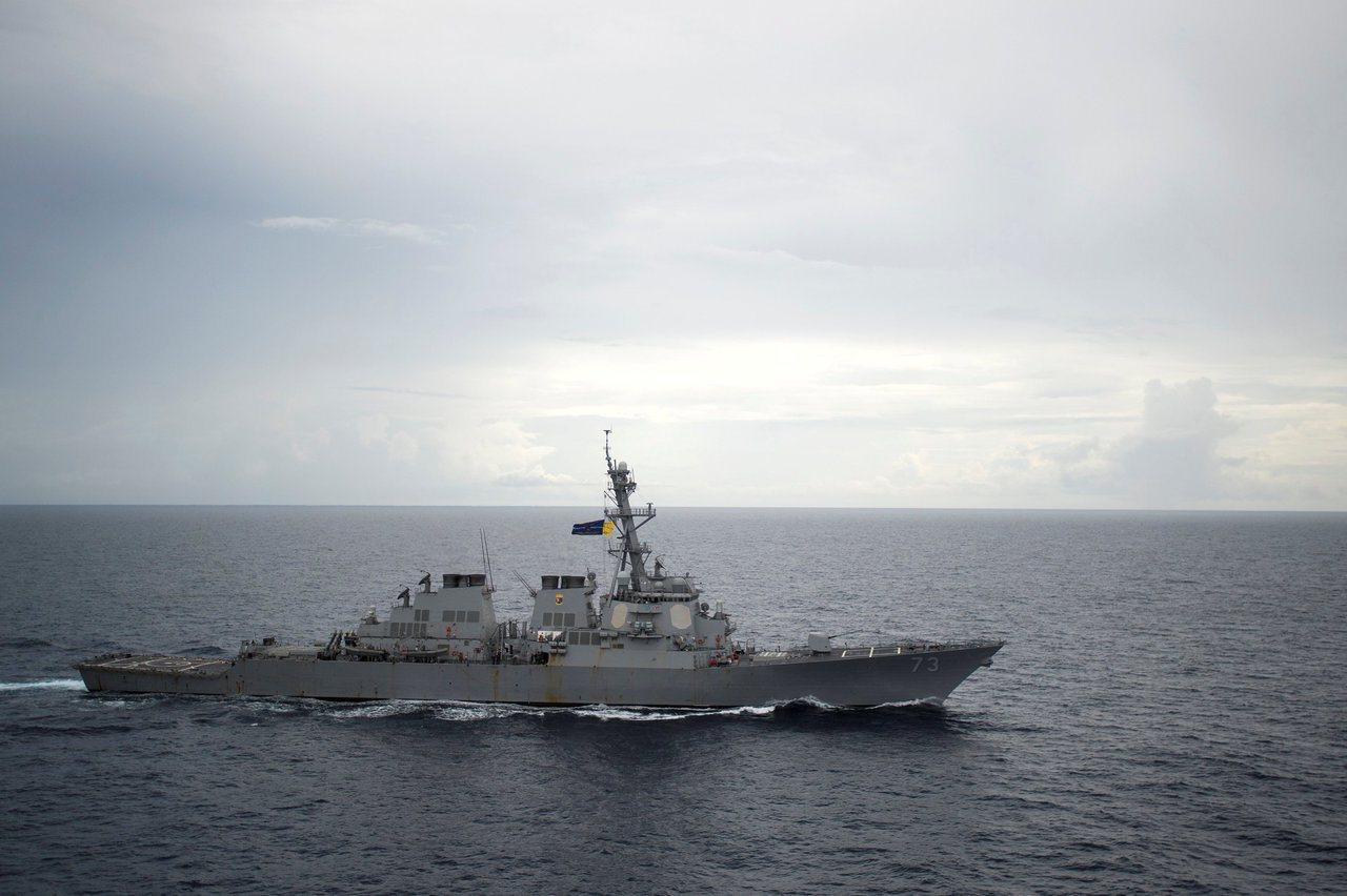 美國狄卡特號驅逐艦九月卅日駛入大陸宣稱擁有主權的南海島嶼附近海域。圖為狄卡特號在...