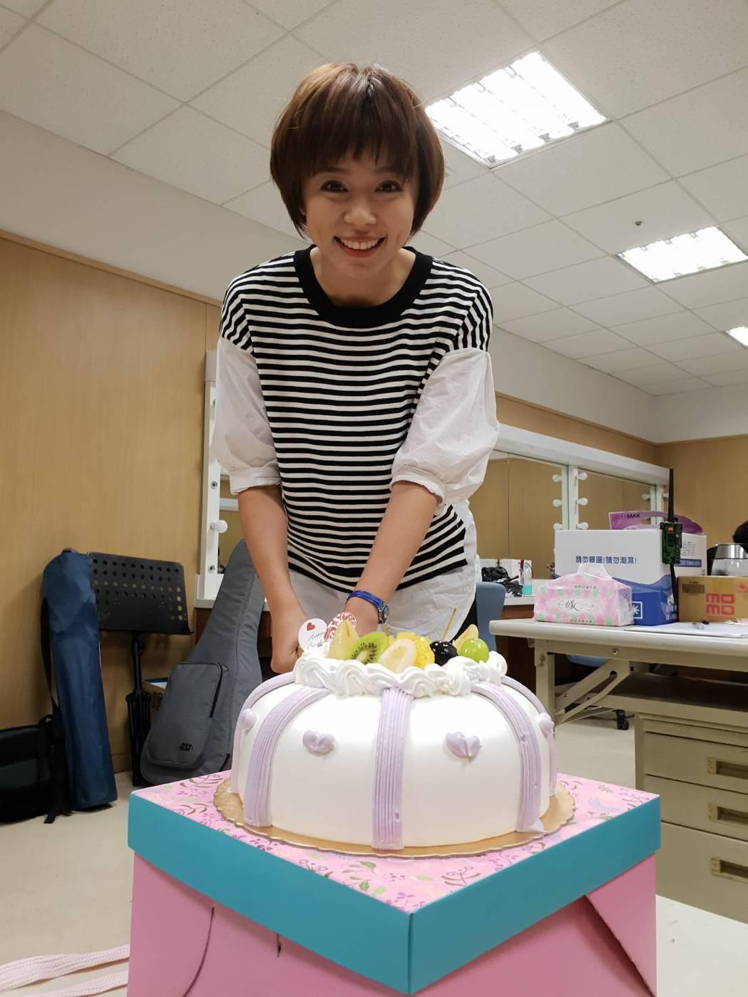 王瞳過31歲生日,劇組演員為她慶生。圖/民視提供
