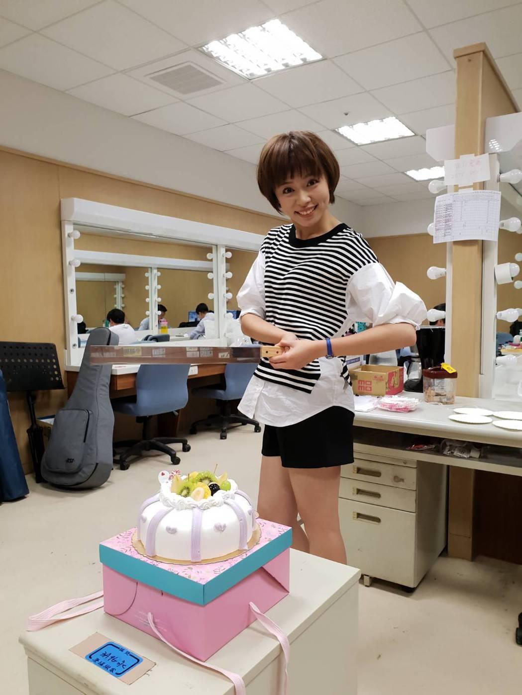 王瞳過31歲生日,搞笑拿西瓜刀切蛋糕。圖/民視提供