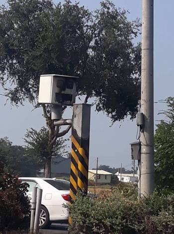 台南市南區永成路速測照相器被人放火燒壞,警方追查縱火者。翻攝自/我是灣裡人臉書