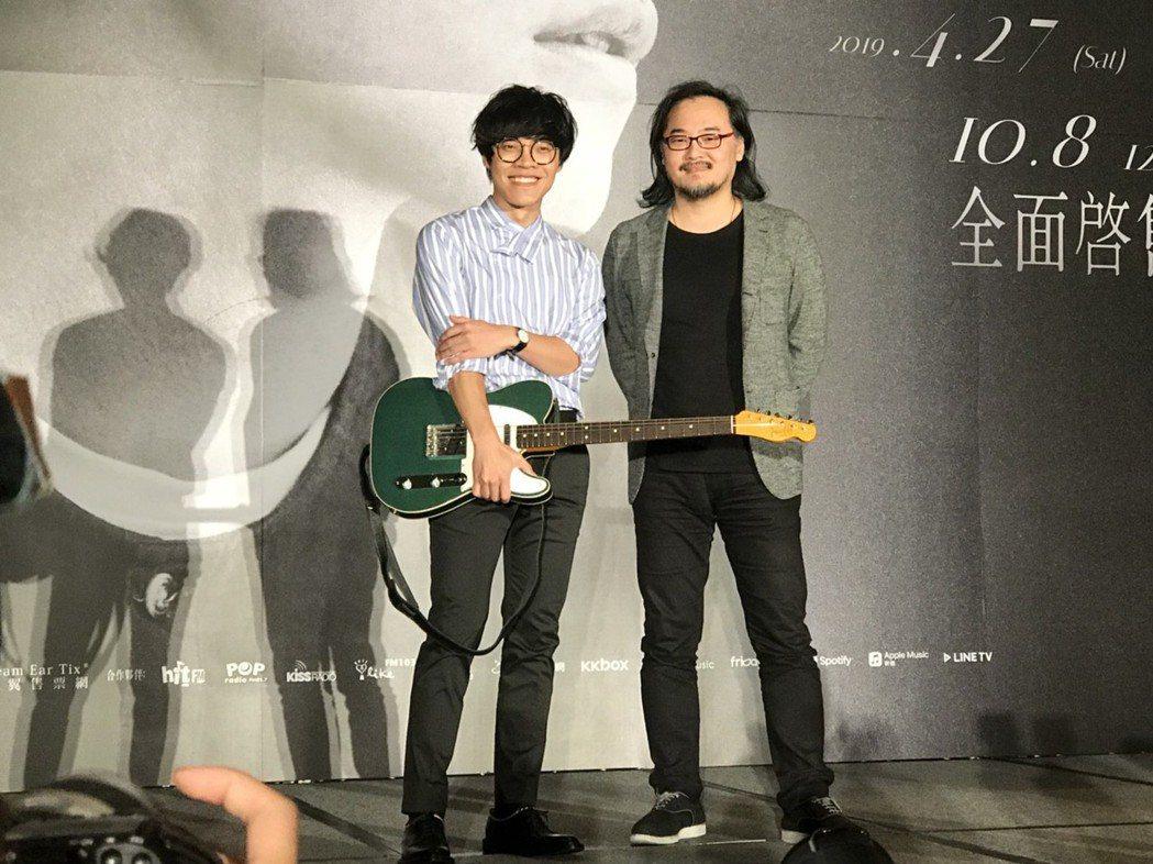 鍾成虎送吉他給盧廣仲。記者梅衍儂/攝影