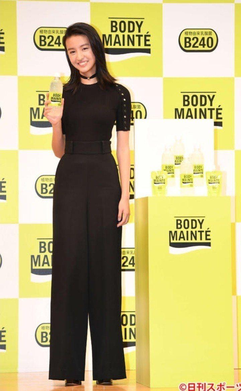 木村光希穿著全黑套裝。圖/摘自日刊體育