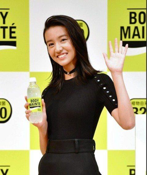 木村拓哉次女木村光希(Koki)日前接下首支廣告,代言大塚製藥發行的維他命飲料。今天她在東京出席代言記者會,這也是她首度公開面對媒體,竟吸引100家媒體、近200人擠爆會場。現場至少15台攝影機一字...