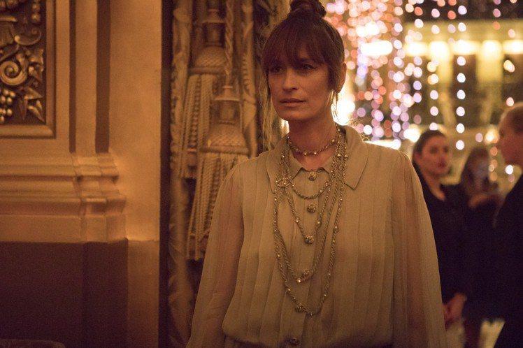 卡洛琳德麥格雷特則選穿秋冬高級訂製系列淡藍色平褶薄紗洋裝,透膚與百褶的組合性感又...